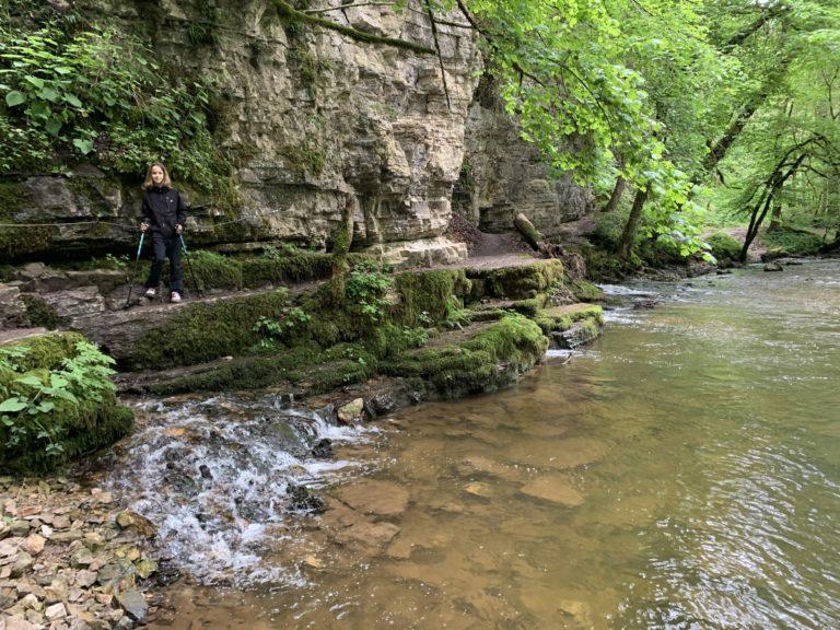 Wasser kommt aus dem Felsen