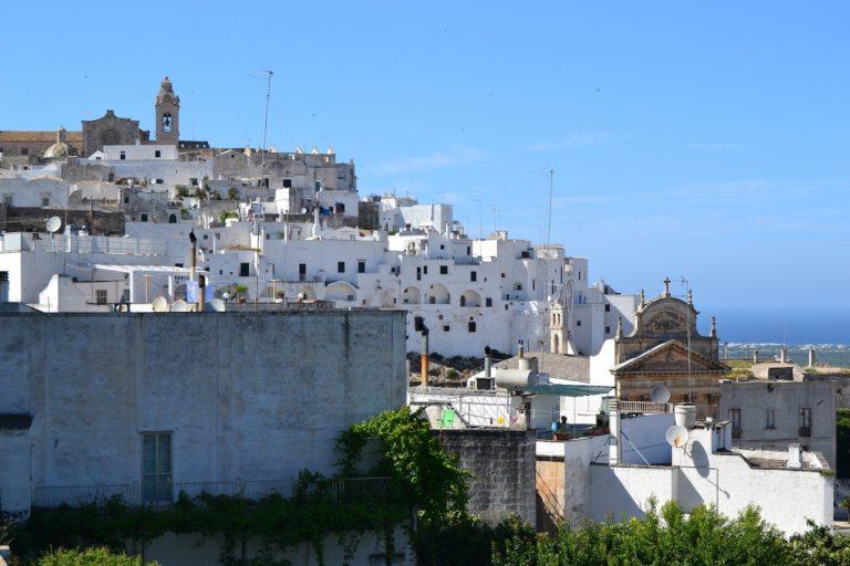 """Read more about the article Ostuni in Apulien -""""Città Bianca"""" bekannt als die weiße Stadt in Italien"""